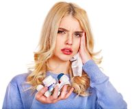 La jeune femme ayant la grippe prend des pilules. Photos libres de droits