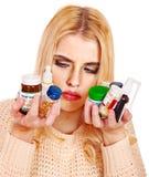 La jeune femme ayant la grippe prend des pilules. Images stock