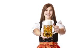 La jeune femme bavaroise retient le stein de bière d'Oktoberfest Photo stock