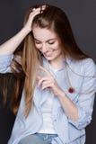 La jeune femme blonde attirante rit Elle est heureuse, elle sent la joie et le plaisir Photo stock