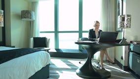 La jeune femme blonde sexy d'affaires travaille dans la chambre d'hôtel ou le bureau Voyage d'affaires banque de vidéos