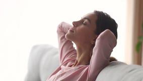 La jeune femme calme détendent sur la respiration profonde de prise de divan banque de vidéos