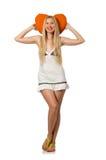 La jeune femme caucasienne jugeant le coussin orange d'isolement sur le blanc Photographie stock