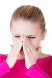 La jeune femme caucassian a la pression de sinus. Images stock