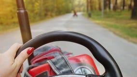 La jeune femme conduisant ATV, se ferment des mains que prise volant dedans au ralenti 1920x1080 banque de vidéos
