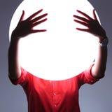 La jeune femme couvre les yeux imaginaires de mains Photographie stock libre de droits