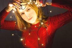 La jeune femme décore la maison pendant la nouvelle année Concept de style de vie Photographie stock