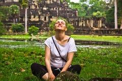 La jeune femme détendent dans la pose de lotus Photos stock
