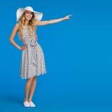 La jeune femme d'été dans le chapeau blanc de Sun se dirige Photo stock