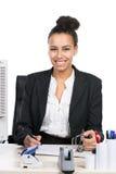 La jeune femme d'affaires écrit dans un dossier Image stock