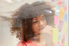 La jeune femme d'affaires écrit des idées sur les notes collantes photo stock