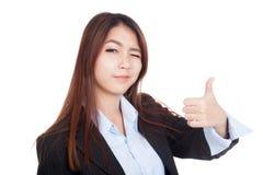 La jeune femme d'affaires asiatique cligne de l'oeil son oeil et pouces  Image libre de droits