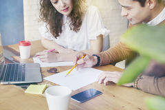 La jeune femme d'affaires avec des personnes d'associés s'est réunie ensemble, discutant l'idée créative dans le bureau Utilisant Photos stock