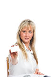 La jeune femme d'affaires blonde est Image stock