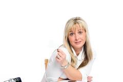 La jeune femme d'affaires blonde est Photo libre de droits