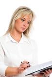 La jeune femme d'affaires blonde est Image libre de droits