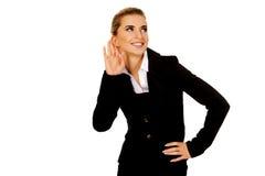 La jeune femme d'affaires blonde surprend le bavardage Photo stock