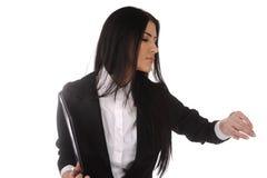 La jeune femme d'affaires contrôle le temps Images libres de droits