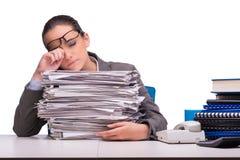 La jeune femme d'affaires dans le bureau d'isolement sur le blanc Photographie stock libre de droits
