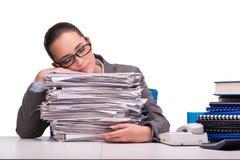 La jeune femme d'affaires dans le bureau d'isolement sur le blanc Images stock