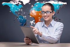 La jeune femme d'affaires dans le concept en ligne de réservation de voyage Photos libres de droits
