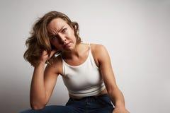 La jeune femme d'affaires a fait une erreur, photo de studio sur un fond blanc Photo stock