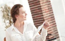 La jeune femme d'affaires lit une feuille de travail Photographie stock