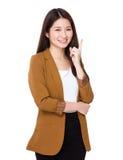 La jeune femme d'affaires pensent à l'idée avec un doigt  photographie stock libre de droits