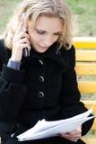 La jeune femme d'affaires regarde dans le papier Photographie stock
