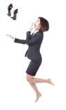 La jeune femme d'affaires sautent et projettent des chaussures Images libres de droits
