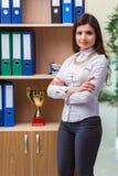 La jeune femme d'affaires se tenant à côté de l'étagère photographie stock