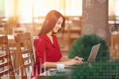 La jeune femme d'affaires utilise l'ordinateur portable en café Photographie stock libre de droits