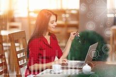 La jeune femme d'affaires utilise l'ordinateur portable en café Images stock