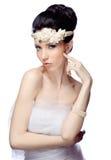 La jeune femme d'isolement sur le fond blanc de studio s'est habillée dans le cap de l'organza et du beau diadème Photos stock