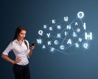 La jeune femme dactylographiant sur le smartphone avec 3d de pointe marque avec des lettres le commi Photo stock