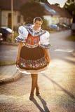 La jeune femme dans des gens cérémonieux richement décorés s'habillent Image libre de droits