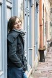 La jeune femme dans l'amour se penche sur le rétro mur, beauté et FLB Photographie stock