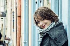 La jeune femme dans l'amour se penche sur le rétros mur, beauté et mode Photos stock