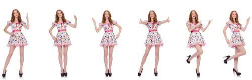 La jeune femme dans la robe de point de polka d'isolement sur le blanc Photos stock