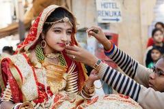 La jeune femme dans le sari indien de robe porte des bijoux Photos stock