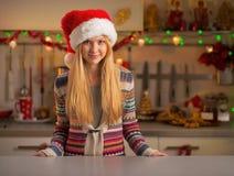La jeune femme dans Noël a décoré la cuisine Images stock
