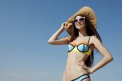 La jeune femme dans un chapeau du soleil apprécie le soleil d'été Photos libres de droits