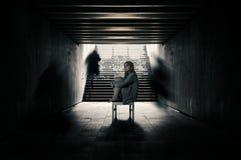 La jeune femme dans un tunnel et seuls les étrangers passent au-delà Photos libres de droits