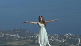 La jeune femme de bonheur soulève ses bras banque de vidéos