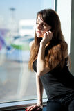 La jeune femme de brune parle au téléphone portable Photographie stock