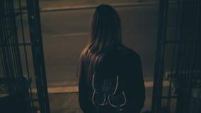 La jeune femme de brune vient en bas vis-à-vis le Colosseum à Rome, Italie Fille marchant dans la ville tard la nuit banque de vidéos