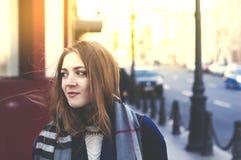 La jeune femme de sourire heureuse marche dedans en centre ville Photos stock
