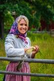 La jeune femme de sourire tenant les tiges de toile s'est habillée dans s traditionnel Photos libres de droits