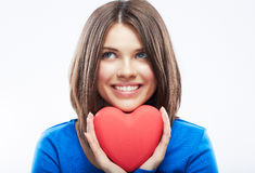 La jeune femme de sourire tiennent le coeur rouge, symbole de Saint Valentin Fille Photographie stock libre de droits