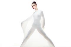 La jeune femme de studio conceptuel a rectifié dans le blanc. Photos libres de droits
